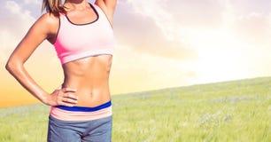 Torso della donna di forma fisica che fa gli esercizi contro il fondo della campagna Fotografia Stock Libera da Diritti