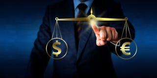 Torso, der den Dollar an der Gleichheit mit dem Euro gleichstellt Lizenzfreie Stockfotos