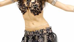 Torso di bello ballerino di pancia femminile, scuotente le sue anche, su bianco video d archivio