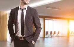 Torso do ` s do homem de negócios em um corredor do escritório Imagens de Stock Royalty Free