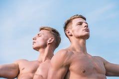 Torso-Himmelhintergrund des muskulösen Kastens der Männer nackter Des muskulösen entspannendes Mageres Athleten-Bodybuilders der  lizenzfreie stockfotografie