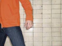 Torso van de mens tegen muur stock fotografie