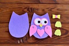 Torso, vleugels, benen, delen van de gevoelde uilen Reeks voor het naaien op een bruine houten achtergrond Royalty-vrije Stock Afbeelding