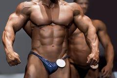 Torso y brazos musculares del ` s del atleta Foto de archivo libre de regalías