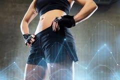 Torso y caderas de la mujer joven en gimnasio Foto de archivo libre de regalías