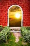 Torsonnenuntergang des roten Backsteins auf dem Berg Lizenzfreie Stockfotos