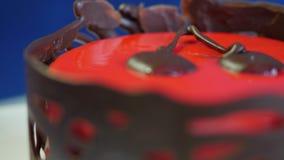 tort czerwony aksamit Zasycha w czerwonym lodowaceniu na zmroku - błękitny tło Rewolucjonistka torta zakończenie up zdjęcie wideo