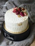tort dekorował truskawki obraz stock