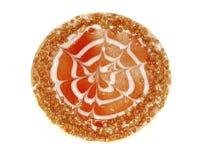 Tort dekorujący z czerwoną jagodą galaretową i zdruzgotanymi dokrętkami odizolowywać Obraz Royalty Free