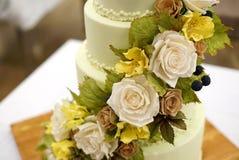 Tort dekorujący z cukrowymi kwiatami Obrazy Royalty Free