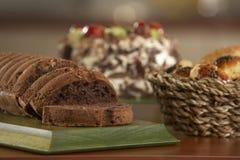 Tort i pokrajać tort z czekoladą Obrazy Stock