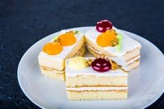 Tort na bielu talerzu zdjęcia royalty free