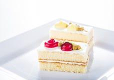 Tort na bielu talerzu, biały tło fotografia stock