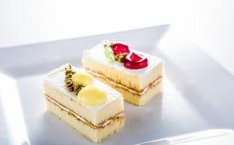Tort na bielu talerzu, biały tło zdjęcia stock