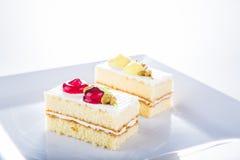 Tort na bielu talerzu, biały tło zdjęcie royalty free