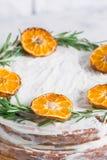 Tort na szkło stojaku dekorującym z rozmaryn suszącym mandarynka plasterkiem zdjęcie stock