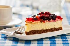 Tort na talerzu z rozwidleniem i filiżanką Obraz Royalty Free