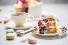 Tort od marcepanów kwitnie macaroons i czarną kawę obraz royalty free