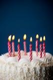 Tort: Urodzinowy tort Z świeczkami Dla Jakaś urodziny Zdjęcie Stock