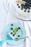 Tort z batożącymi śmietanką i czarnymi jagodami Zdjęcia Stock