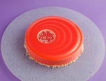 Tort z białym czekoladowym mousse i czerwonym glazerunkiem Obrazy Royalty Free