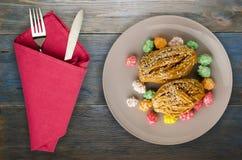Tort z cukierkami na drewnianym tle Zdjęcia Royalty Free