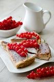 Tort z czerwonym rodzynkiem Zdjęcie Royalty Free
