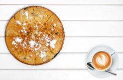 Tort z jabłko filiżanką kawy zdjęcie royalty free
