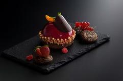 Tort z jagodami na ciemnym tle obrazy royalty free