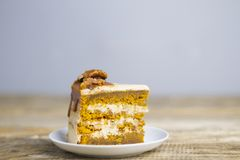 tort z karmelem i dokrętkami fotografia royalty free
