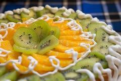 Tort z kiwi i pomarańcze plasterkami Zdjęcia Stock