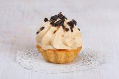 Tort z kremową i czekoladową polewą Zdjęcia Royalty Free