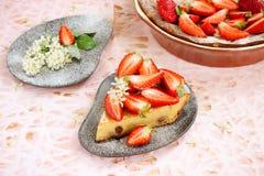 Tort z kremowym serem i truskawkami Zdjęcia Royalty Free
