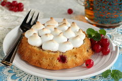 Tort z kulebiakiem wziąć miejsce i rodzynki. Obrazy Royalty Free