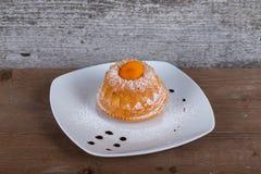 Tort z suchym moreli i cukieru proszkiem na białym talerzu dalej zaleca się Obrazy Stock