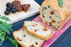 Tort z suszyć czarnymi oliwkami i pomidorami fotografia stock