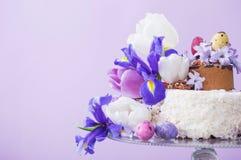 Tort z Wielkanocnymi jajkami i kwiatami zdjęcie stock