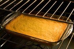 Torta o pan de maíz en horno Fotos de archivo