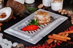Torta acodada de Napoleon con el restaurante de la vida de las almendras aún, fresa, salsa Fotografía de archivo