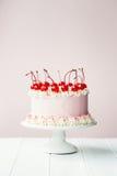 Torta adornada con las cerezas de marrasquino Imágenes de archivo libres de regalías