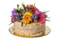 Torta adornada con las flores frescas Imagen de archivo libre de regalías