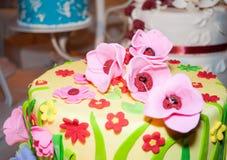 Torta adornada con las flores rosadas del azúcar Imagenes de archivo