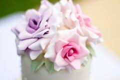 Torta adornada con las rosas Fotos de archivo