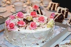 Torta adornada con las rosas imágenes de archivo libres de regalías