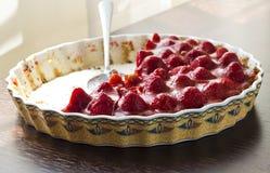Torta agria hecha en casa con las fresas frescas Foto de archivo libre de regalías