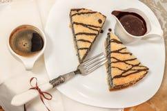 Torta alemana de la semilla de amapola en la placa blanca Fotografía de archivo