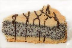 Torta alemana de la semilla de amapola en la placa blanca Foto de archivo