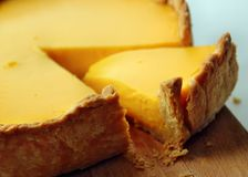 Torta amarilla Fotos de archivo libres de regalías
