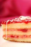 Torta amarilla con el petifore del esmalte de la fresa Imágenes de archivo libres de regalías