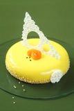 Torta amarilla de la miel, espino amarilla y del albaricoque de Entremet Imagen de archivo libre de regalías